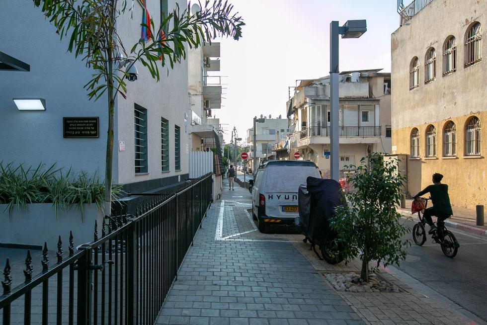 הבניין חריג בנוף השכונתי, בצורתו, בתחזוקתו וגם בגובהו (צילום: דור נבו)