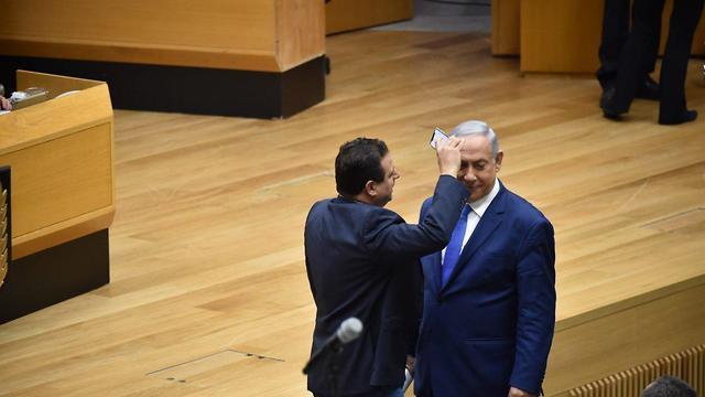 איימן עודה ו בנימין נתניהו מליאת הכנסת בחירות 2019 הצבעה על חוק המצלמות (צילום: יואב דודקביץ)
