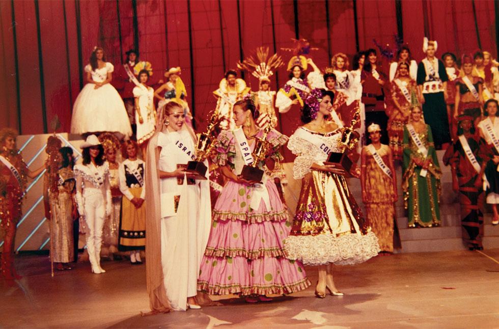 בתחרות מיס יוניברס (משמאל), זוכה בפרס השלישי בתחרות התלבושת הלאומית  (צילום רפרודוקציה: עמית שאבי)