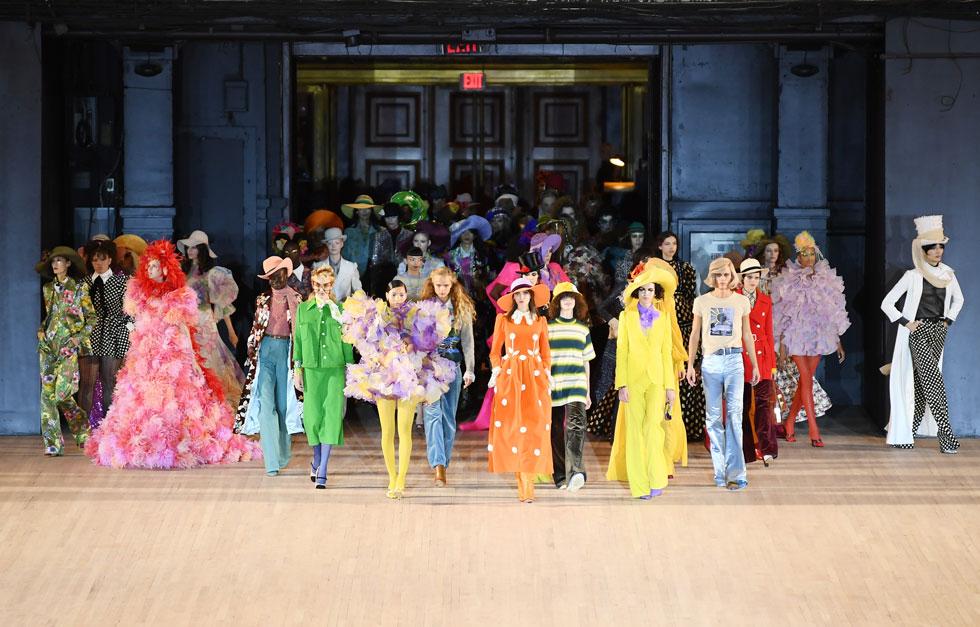 """המעצב האמריקאי מארק ג'ייקובס חתם את שבוע האופנה בניו יורק בתצוגה מקסימליסטית, גרנדיוזית וצבעונית, שהיתה שיר הלל לאופנת וינטג' ולעירוב סגנונות. ג'ייקובס הסביר שהעיצוב שלו הוא """"אנטי ממוחשב"""" – כלומר, בניגוד לאופן שבו מעצבים פועלים כיום – אלא התפרצות של רעיונות אקלקטיים (צילום: Dimitrios Kambouris/GettyimagesIL)"""