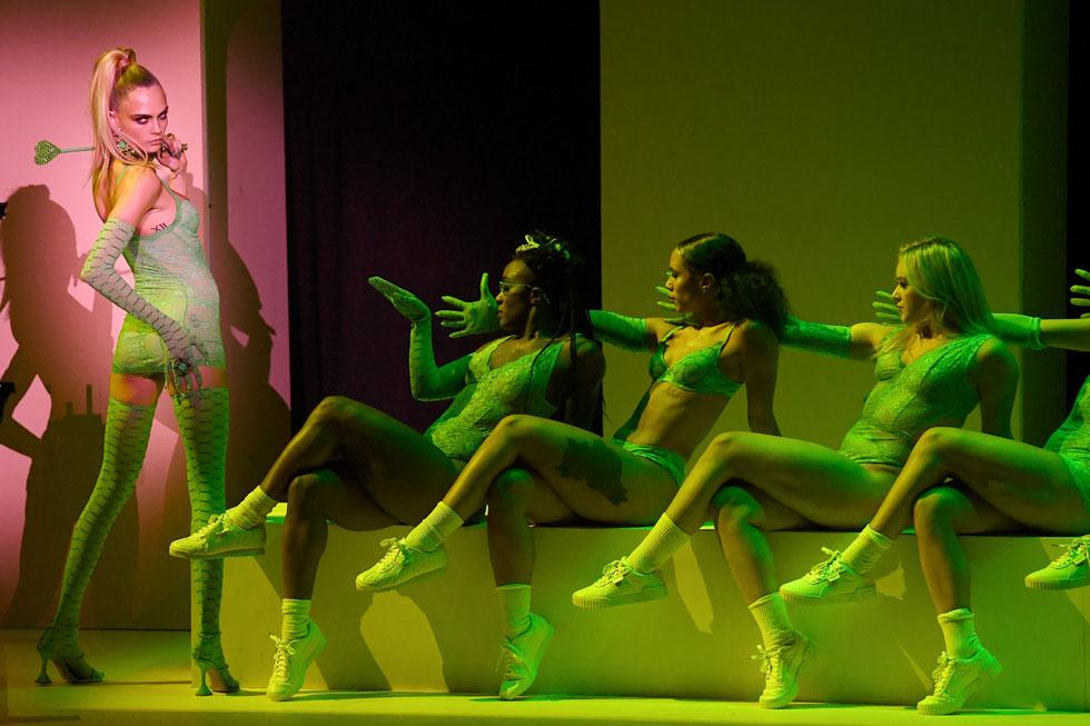 על הבמה באולם ברקליס בברוקלין, יצרה ריהאנה ספקטקל צבעוני שישודר באמזון פריים בשבוע הבא. על הקהל, אגב, נאסר לצלם את המופע ולהעלות תמונות לרשתות החברתיות. על המסלול פגשנו את הדוגמנית ושחקנית קארה דלווין, 31, חברתה הטובה של ריהאנה, לבושה גרבונים ארוכים ובגד גוף מתחרה (צילום: Dimitrios Kambouris/GettyimagesIL)