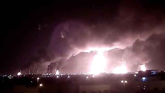 ה מורדים ה חות'ים ב תימן הפציצו ב סעודיה תקיפה בית זיקוק אבקאיק  (צילום: רויטרס)