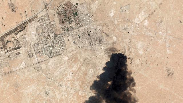 תיעוד לוויין תקיפה ב מתקן נפט באבקיק סעודיה (צילום: AP)