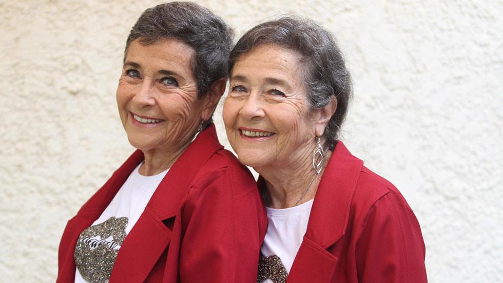 """התאומות הישראליות שהפכו לסנסציה ב""""מיס עולם"""" - כבר בנות 76"""