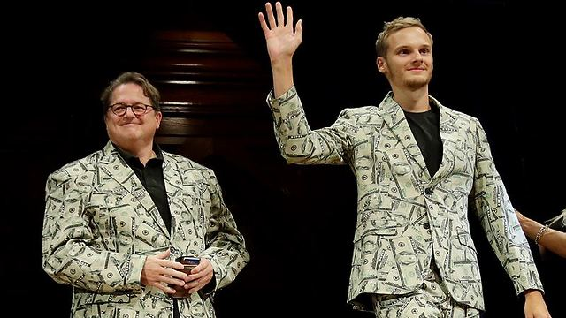 אב ובנו מהולנד הגיעו לקבל את הפרס לבושים בחליפת שטרות (צילום: AP)