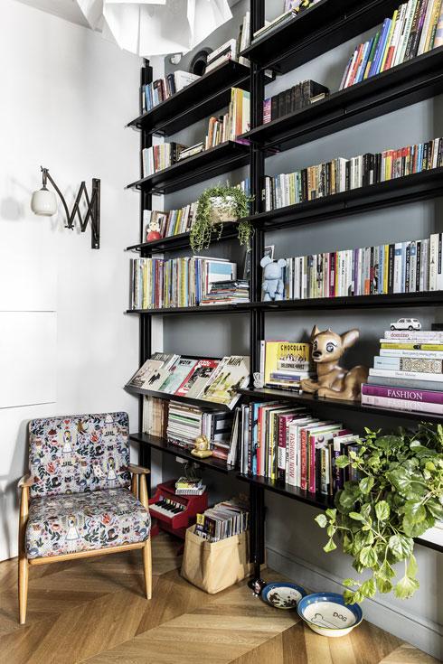 בצד השני ספרייה ופינת קריאה (צילום: איתי בנית)
