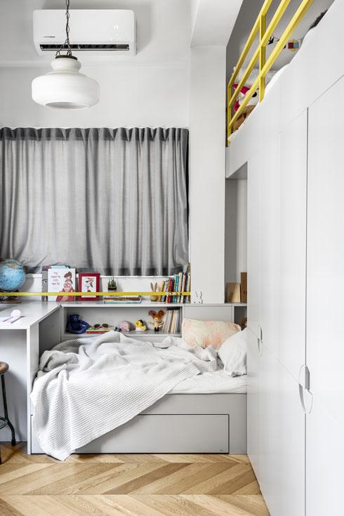 שתי המיטות המשולבות בארון בחדרן של הבנות הצעירות (צילום: איתי בנית)