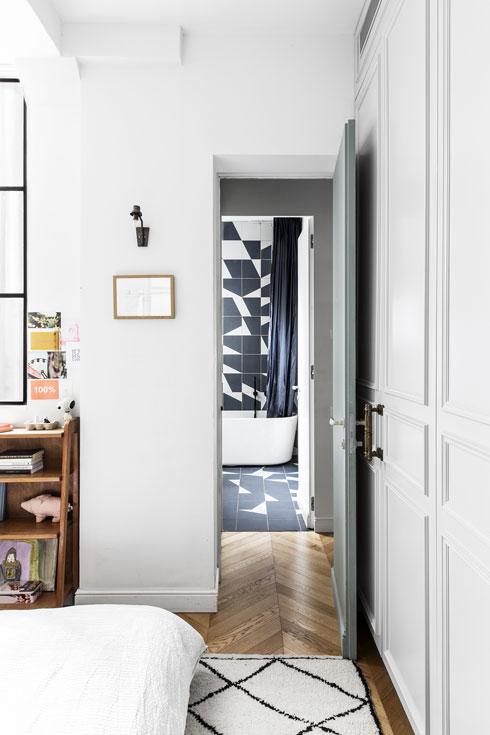 חדר ההורים הוא היחיד שבו הוחלפו חלונות העץ המקוריים (החלון מציץ משמאל) (צילום: איתי בנית)