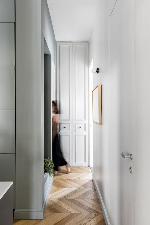 מסדרון מוביל אל חדר הרחצה המרכזי (מימין) ואל חדר ההורים (משמאל). הארון שבסופו מכיל את מכונות הכביסה והייבוש (צילום: איתי בנית)