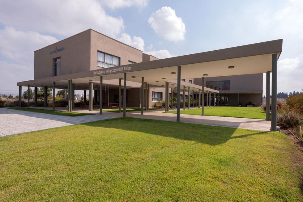 יש גם בית ספר, שקומתו העליונה מצלה על אזור ישיבה. בעתיד ייבנו כאן עוד כיתות (צילום: ליאור גרונדמן)