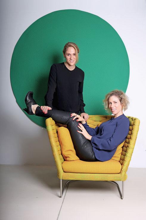 האחיות לירון שוורץ-גילת (מימין) ושירלי שוורץ-קאופמן. עומדות מאחורי אולם התצוגה החדש של טולמנ'ס.דוט  (צילום: עמית גרון)
