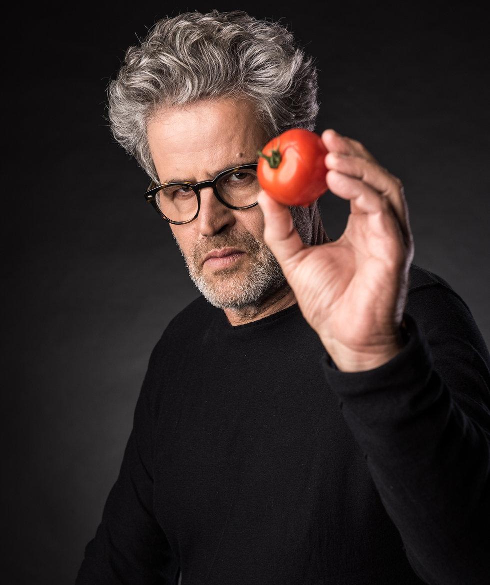 אייל שני מחזיק עגבנייה (צילום: גבריאל בהרליה)