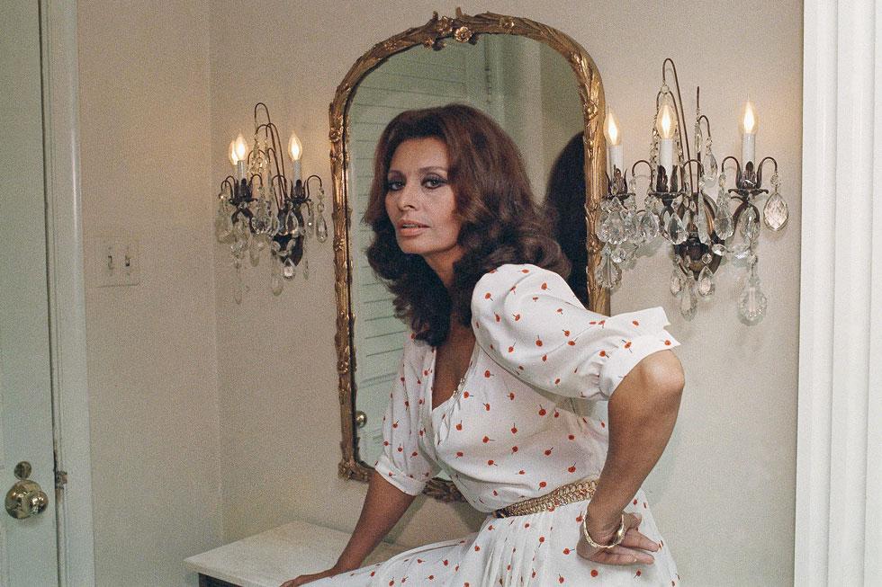 הופכת כל שמלה שהיא לובשת לכזו שנראית כאילו נתפרה ישירות על גופה. 1984 (צילום: AP)