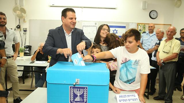 איימן עודה מצביע בחיפה (צילום: אלעד גרשגורן)