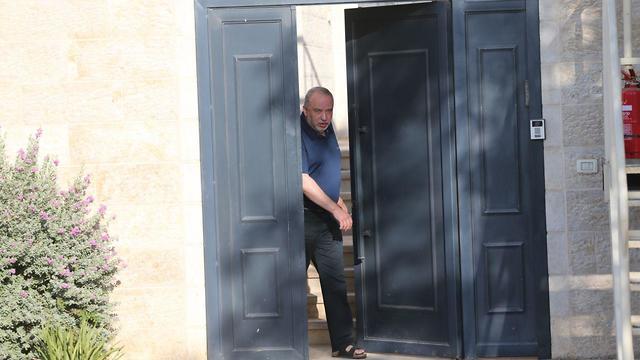 אביגדור ליברמן מחוץ לביתו בבוקר שאחרי הבחירות (צילום: אלכס קולומויסקי)