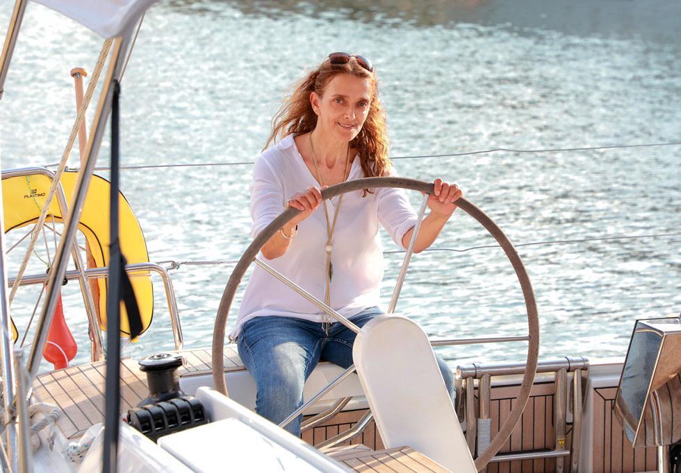 """מירב יעיש בפעולה. """"מה שהכי חשוב לעשות לפני שיוצאים לים, זה דיאלוג עם הרוח"""" (צילום: דנה קופל)"""