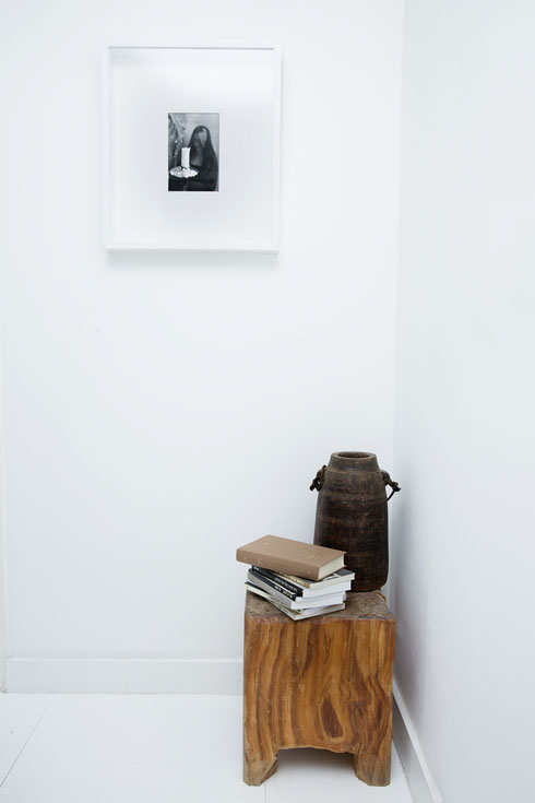 """""""אני אוהבת לרכוש חפצים היסטוריים בשווקי פשפשים, ומכל נסיעה מביאה איתי מזכרת, חפצים שיש להם גלגול קודם, חיים קודמים, סיפור מרתק, או עבודות אמנות שאני אוהבת"""" (צילום: ענבל מרמרי)"""