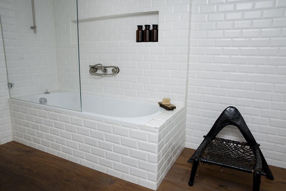 העיצוב נשמר גם בחדר האמבטיה (צילום: ענבל מרמרי)