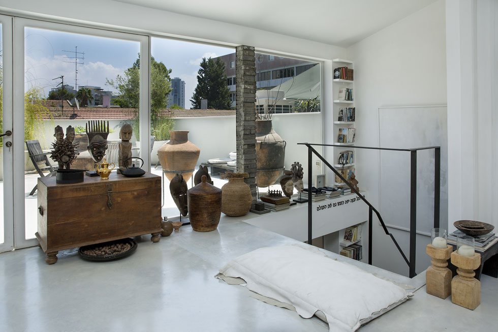 היציאה למרפסת בקומה השנייה (צילום: ענבל מרמרי)