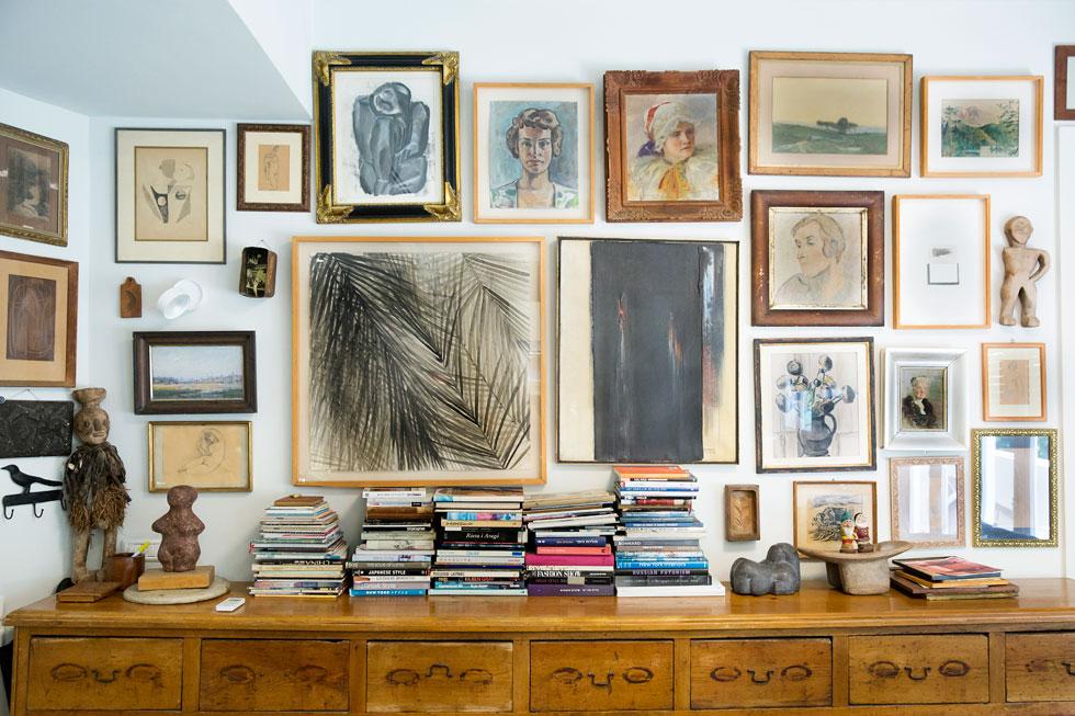 """""""אני אוהבת כל מיני, את הגם וגם, את השפע; מרגש אותי לראות חפצים או עבודות אמנות שנורא מוזר שהם יחד ופתאום הופכים לחברים טובים, למשל, ציורים של הבת שלי כילדה בכיתה א' לצד עבודות של ציירים מפורסמים"""" (צילום: ענבל מרמרי)"""