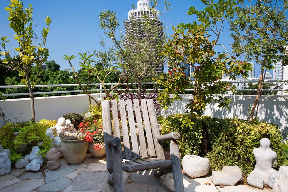 מתוך הדירה יש מעלית היוצאת אל גג המשקיף על תל אביב ומגדל דיזנגוף (צילום: ענבל מרמרי)