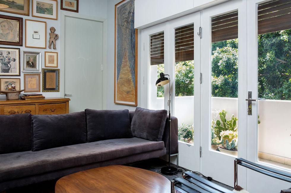 """הפינה האהובה על אלמביק בבית: """"הספה בסלון, שרכשתי לפני מספר שנים בהביטאט. אני אוהבת לקרוא, ולא בשכיבה, להתבונן בטלוויזיה, להרהר ולחשוב בנוחות שלי"""" (צילום: ענבל מרמרי)"""