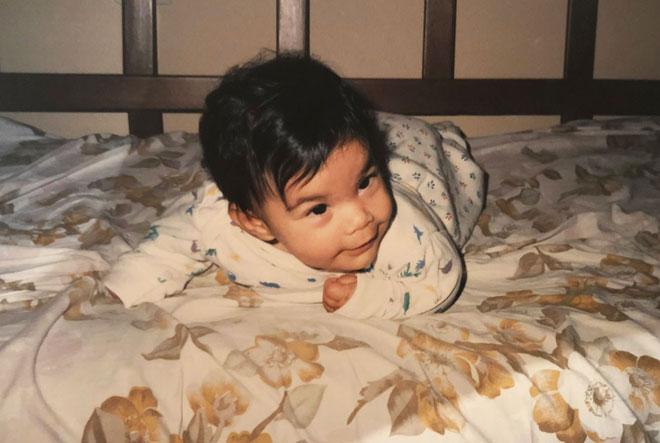 """אבקסיס כתינוקת. """"המשברים שחוויתי בחיי לימדו אותי להבין מי אני"""" (צילום: אלבום פרטי)"""