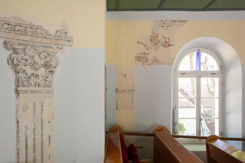 הציורים המקוריים כוסו, ואז הוחלפו באחרים - שכוסו גם כן (צילום: דור נבו)