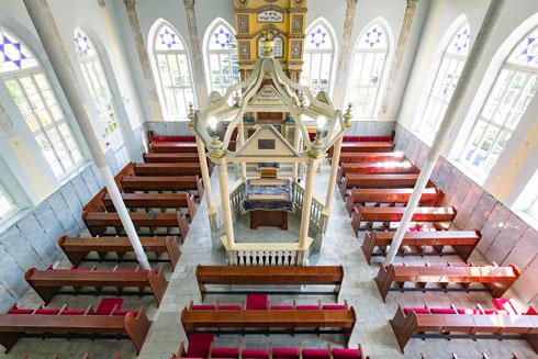 החלונות המרהיבים מחדירים אור פנימה, אל אולם התפילה (צילום: דור נבו)