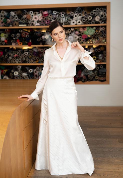 מראה אלגנטי ושקט. רונית יודקביץ' במערכת לבוש שעיצבה אליאן סטולרו (צילום: טל שחר)