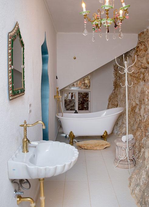 חדר האמבטיה בסוויטת האירוח (צילום: ענבל מרמרי)