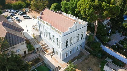 אחד ממייסדי המושבה תכנן את בית הכנסת, שנראה כאן במבט מהאוויר (צילום: אמיר מלכין ניהול פרויקטים)