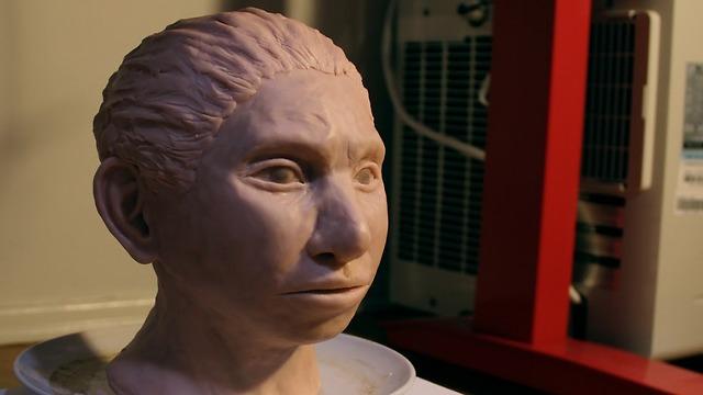 פסל בדמות האדם הדניסובי (צילום: באדיבות מעיין הראל ו-CELL)