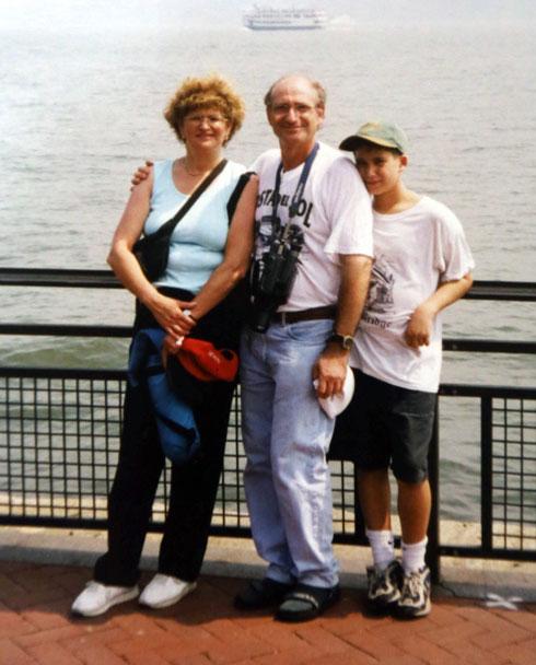 """רפאל בוסידן בילדותו עם הוריו. """"לכל אחד יש את החבילה שלו"""" (רפרודוקציה: יריב כץ)"""