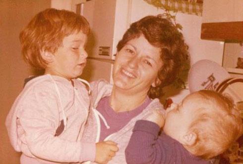 """עידו כהן (מימין) בילדותו, עם אמו ואחיו הגדול. """"הקשיים תמיד יהיו חלק ממני"""""""
