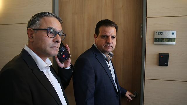 מחוץ לישיבת הסיעה של מפלגת הרשימה המשותפת בכנסת (צילום: עמית שאבי)
