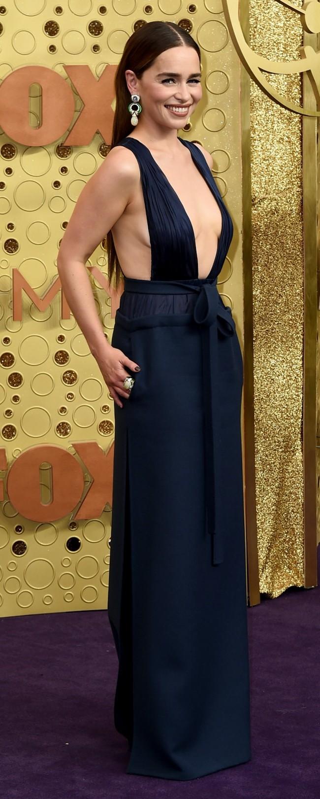 לוהטת בשמלה של ולנטינו. אמיליה קלארק (צילום: AP)