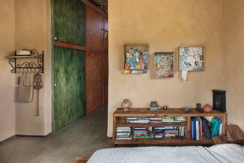 במסדרון ארון בגדים שדלתותיו מוחזרו ממיטות נוער שנמצאו ברחוב (צילום: עמית גושר)