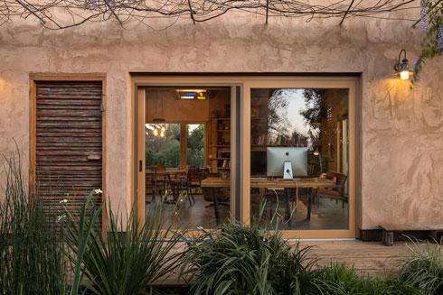 דלת הכניסה, שכוסתה בסרגלי עץ צבועים (צילום: עמית גושר)
