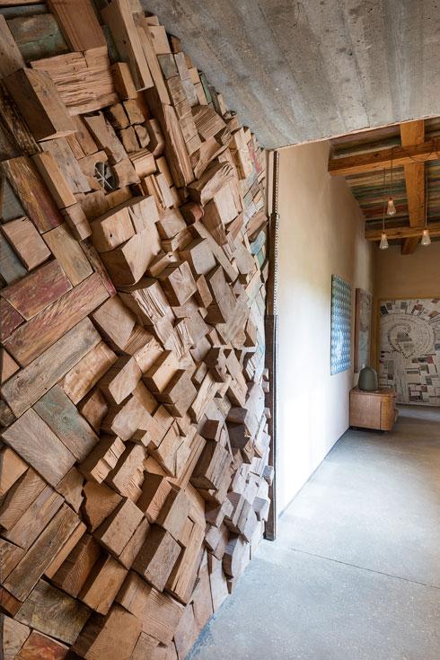 המסדרון המוביל מחדר השינה אל הסטודיו (צילום: עמית גושר)