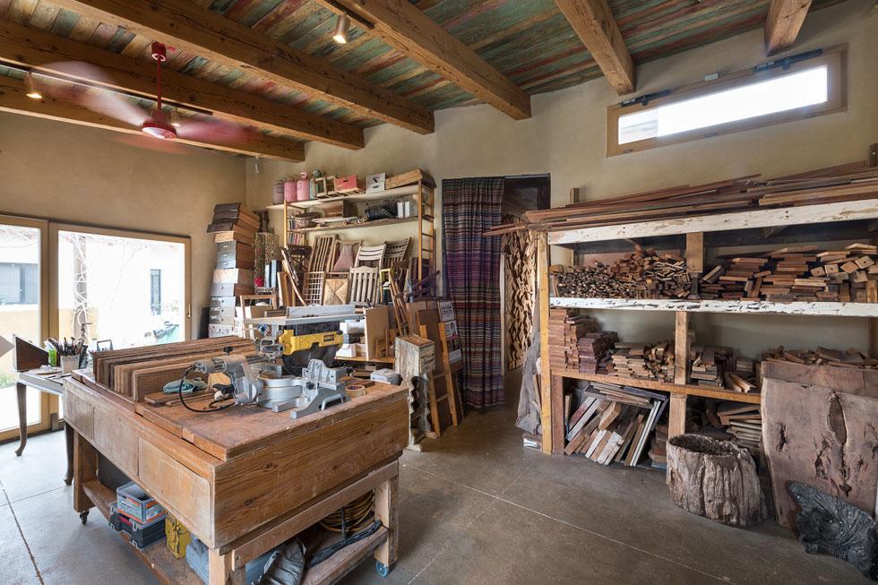 בסוף המסדרון הנראה בתמונה למעלה נמצא בית המלאכה של בני הזוג (צילום: עמית גושר)