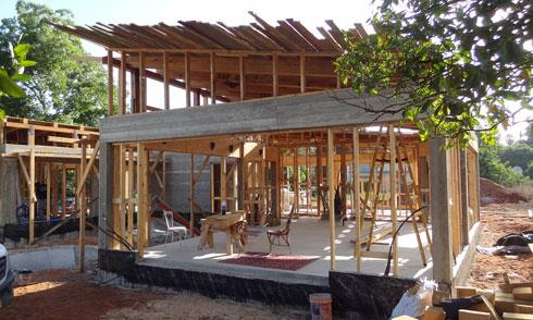 הקונסטרוקציה מבוססת על עמודי בטון וקורה היקפית (צילום: סטודיו רון שינקין)