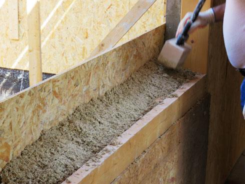 התערובת נדחסת בין דפנות עץ (צילום: סטודיו רון שינקין)