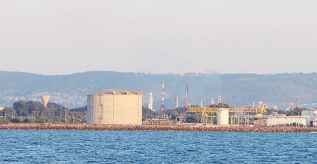 מיכל אמוניה במפרץ חיפה שנסגר (צילום: אלעד גרשגורן)