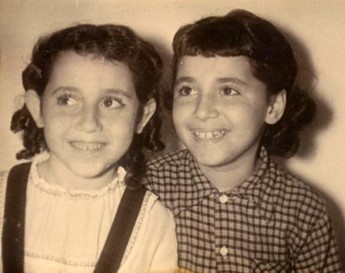 """בילדותה, עם אחותה ריקי. """"הרגשנו כמו תאומות"""" (צילום: אלבום פרטי)"""