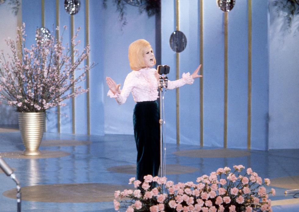 בפסטיבל סן רמו, 1965. טום ג'ונס חשד שהיא מנסה לפתות את אחת מזמרות הליווי שלו (צילום: AP)