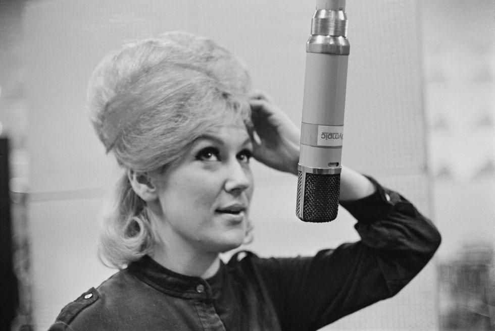 """דאסטי ספרינגפילד באולפן בלונדון, 1963. אלטון ג'ון תיאר אותה כ""""זמרת הלבנה הגדולה ביותר שחיה אי פעם"""" (צילום: M. McKeown/GettyimagesIL)"""