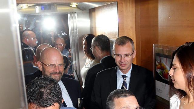 Likud and Blue and White representatives before Wednesday's negotiation talks in Ramat Gan (Photo: Yariv Katz)
