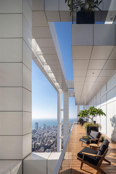 הפתרון לחיבור בין שני חלקיה של קומת הגג נמצא מחוץ לקופסה (ולבניין) (צילום: עמית גרון)