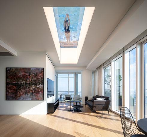 סלון קטן באגף הפרטי, ומעליו הבריכה השנייה שעל הגג (צילום: עמית גרון)